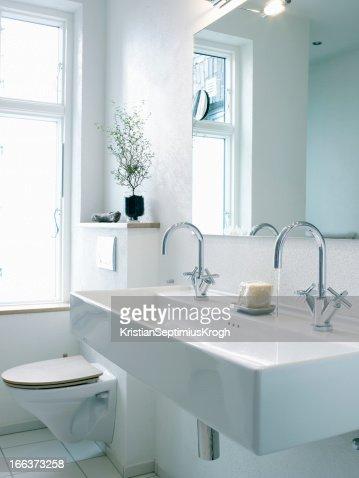 waschtisch mit zweidusche neben der toilette stock foto getty images. Black Bedroom Furniture Sets. Home Design Ideas