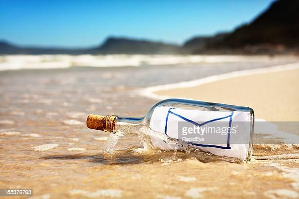 Lavati in bottiglia con messaggio che mostra l'icona di messaggio di posta elettronica