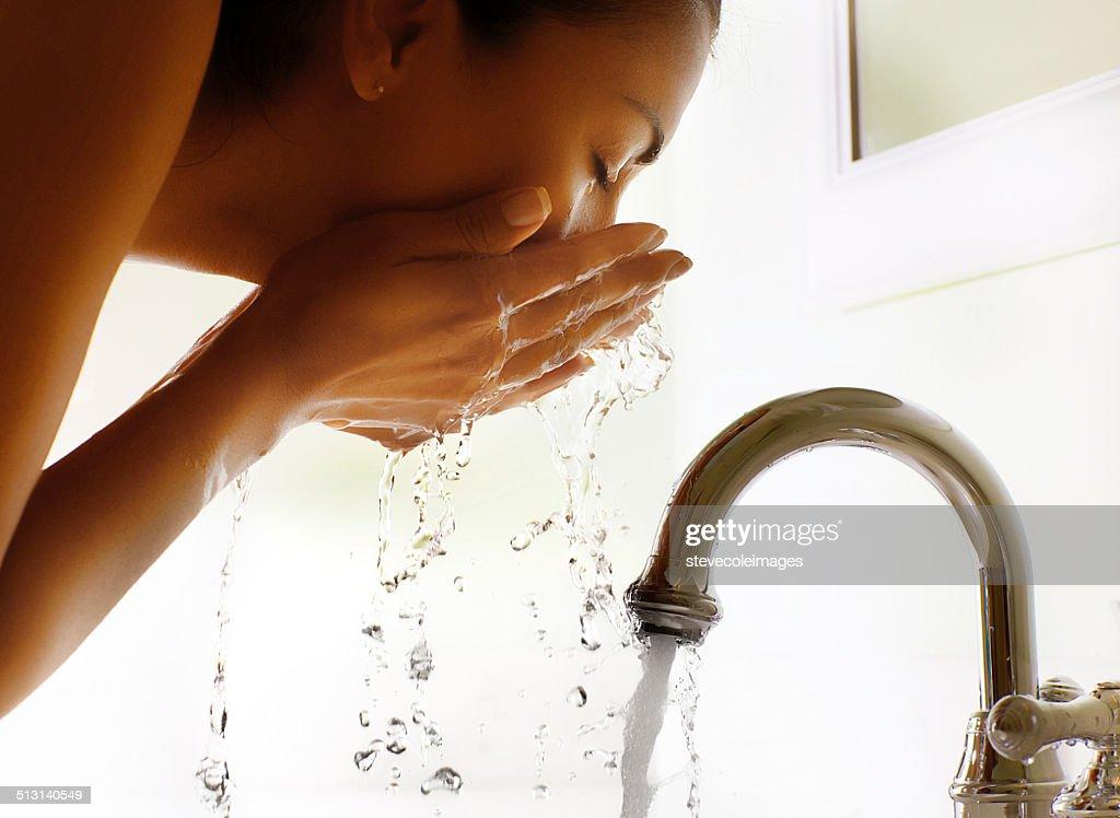 Gesicht waschen : Stock-Foto