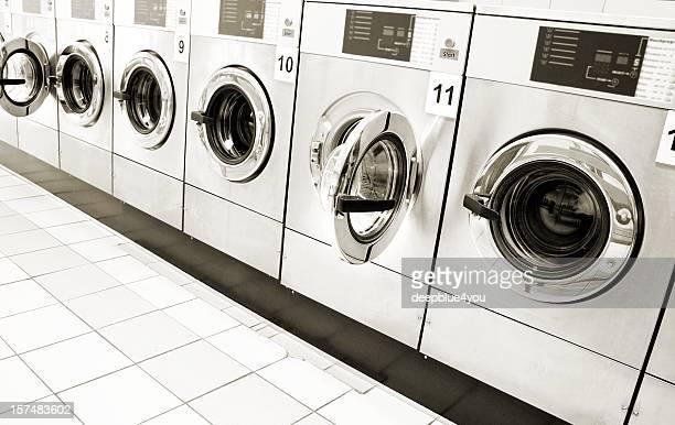 Máquina de lavar roupa linha em público centro
