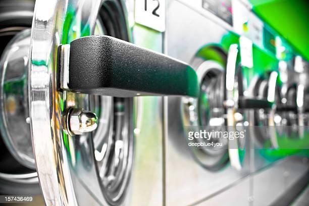 Máquina de lavar roupa com uma porta aberta linha