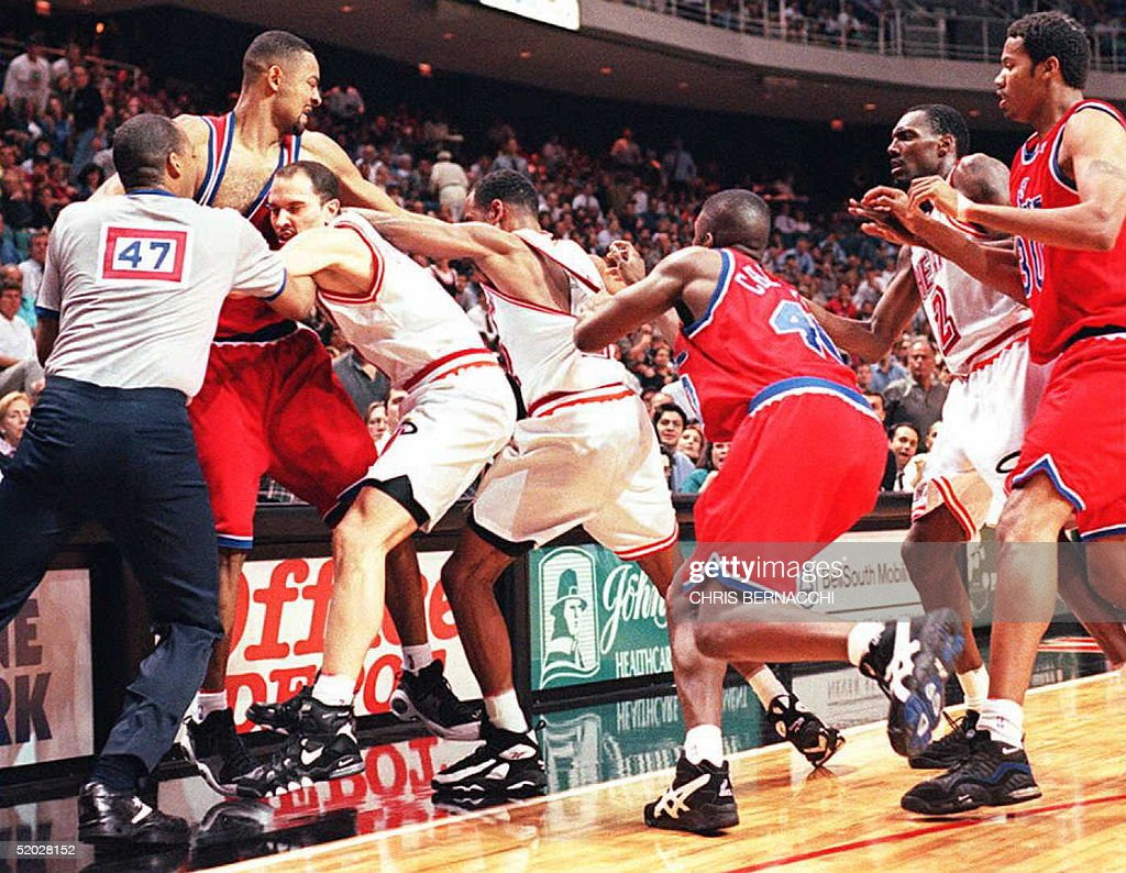 Washington Bullets forward Juwan Howard L throws