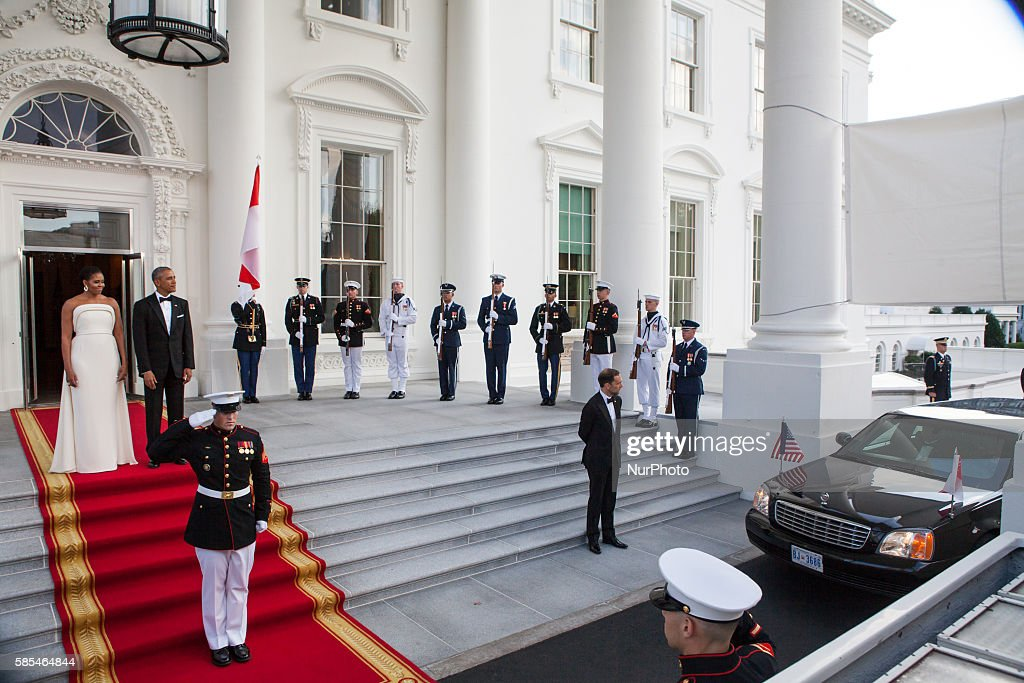 Washington DC On Tuesday August 2 First Lady Michelle Obama and President Barack Obama await the dinner arrival of Singapore Prime Minister Lee Hsien...