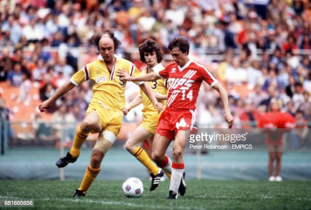 Washington Diplomats' Johan Cruyff holds off Philadelphia Fury's John Dempsey