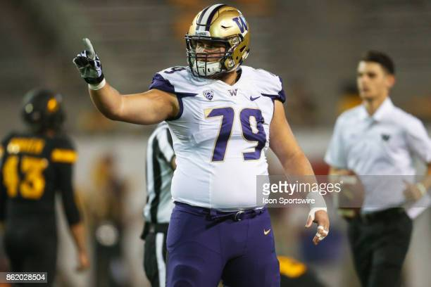 Washington Huskies offensive lineman Coleman Shelton gestures to his team before the college football game between the Washington Huskies and the...