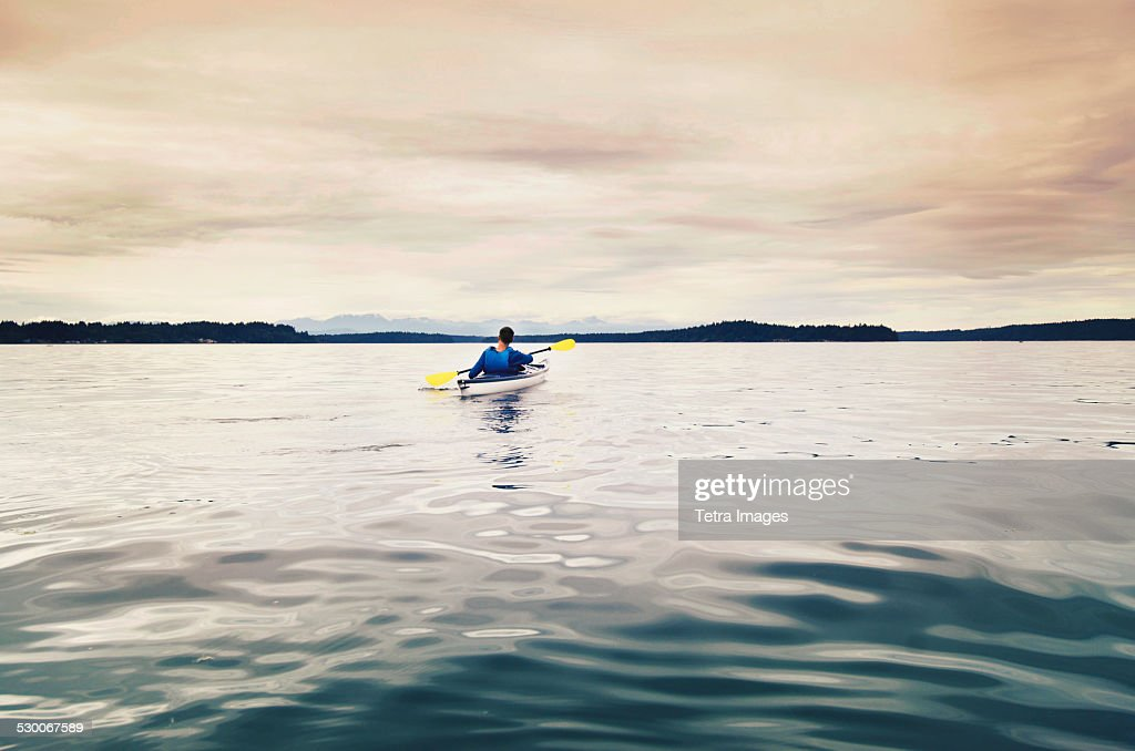 USA, Washington State, Olympia, Man kayaking on lake