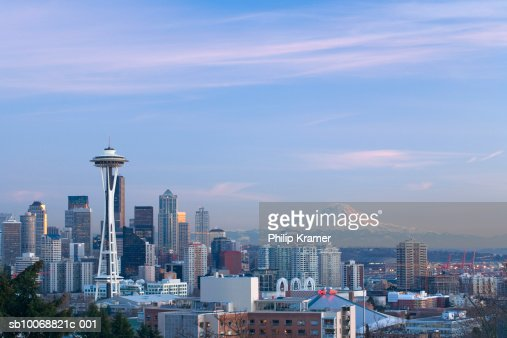 USA, Washington State, Seattle skyline and Mount Rainier