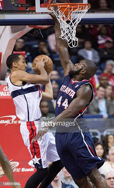 Washington Wizards point guard Shaun Livingston passes the ball around Atlanta Hawks power forward Ivan Johnson during the first half of their game...