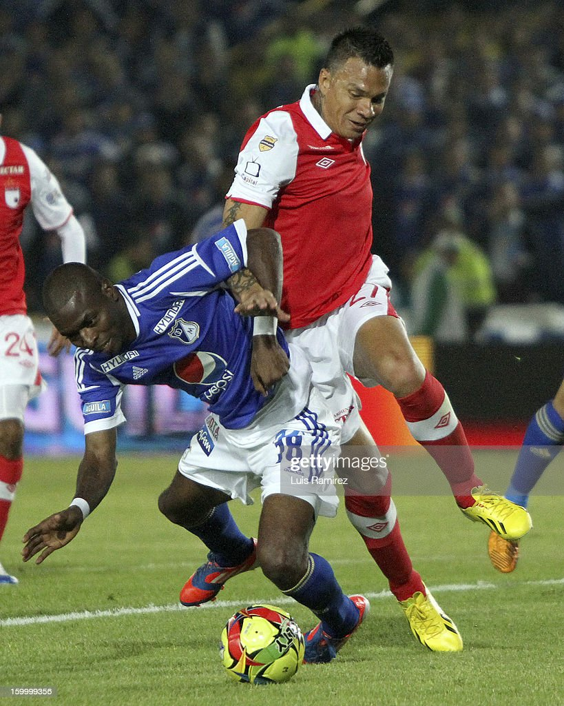 Wason Renteria (L) of Millonarios fights for the ball with Humberto Mendoza (R) of Independiente Santa Fe during a match between Millonarios and Independiente Santa Fe as part of the Superliga Postobon 2013 at the Nemesio Camacho Stadium on January 24, 2013 in Bogota, Colombia.