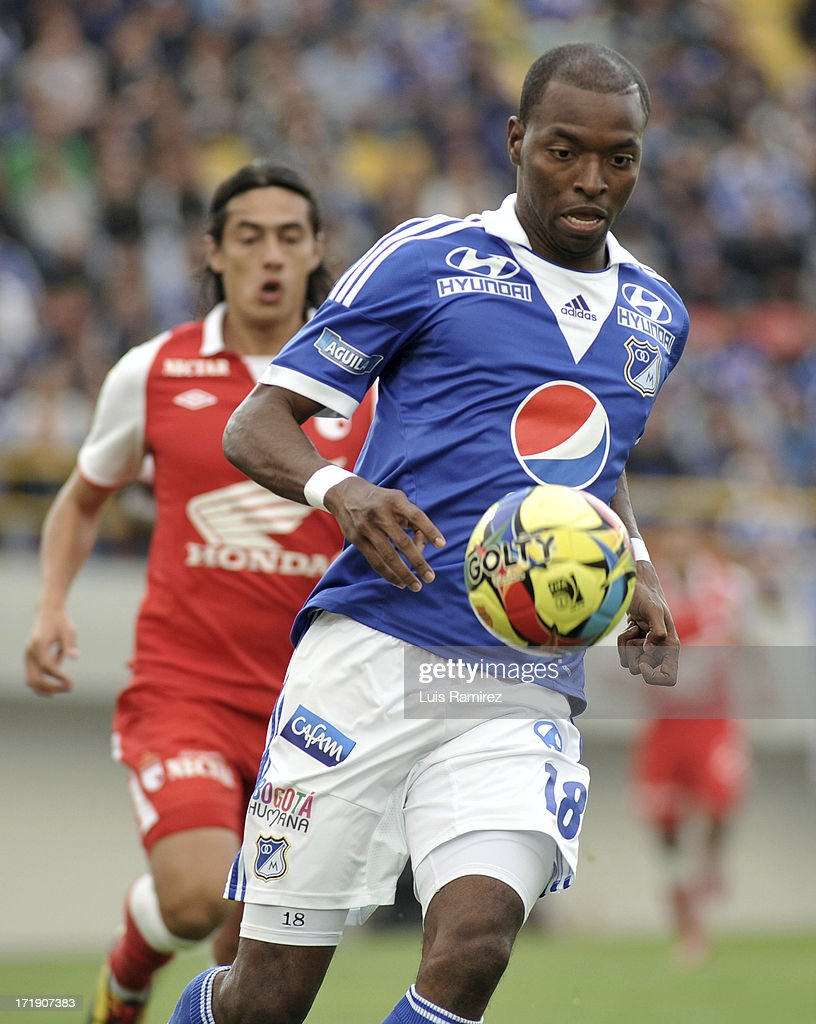 <a gi-track='captionPersonalityLinkClicked' href=/galleries/search?phrase=Wason+Renteria&family=editorial&specificpeople=666364 ng-click='$event.stopPropagation()'>Wason Renteria</a> of Millonarios fights for the ball with Jairo Suarez of Independiente Santa Fe during the match between Millonarios and Independiente Santa Fe as part of Postobon I Leguaje 2013 at Nemesio Camacho El Campin Stadium on June 29, 2013 in Bogota, Colombia.