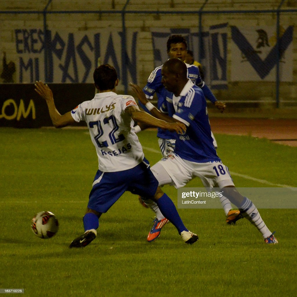 <a gi-track='captionPersonalityLinkClicked' href=/galleries/search?phrase=Wason+Renteria&family=editorial&specificpeople=666364 ng-click='$event.stopPropagation()'>Wason Renteria</a> of Millonarios struggles for the ball with Roly Sejas of San Jose during a match between Millonarios and San Jose as part of Copa Bridgestone Libertadores 2013 at Jesús Bermúdez Stadium on March 14, 2013 in San Jose de Oruro, Bolivia.