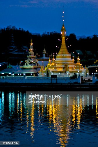 Wat Jong Klang at dusk : Bildbanksbilder