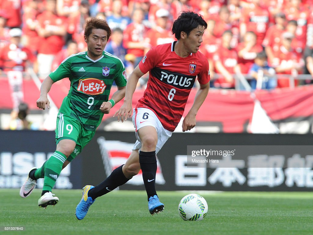 Wataru Endo #6 of Urawa Red Diamonds in action during the J.League match between Urawa Red Diamonds and Albirex Nigata at the Saitama stadium on May 14, 2016 in Saitama, Japan.