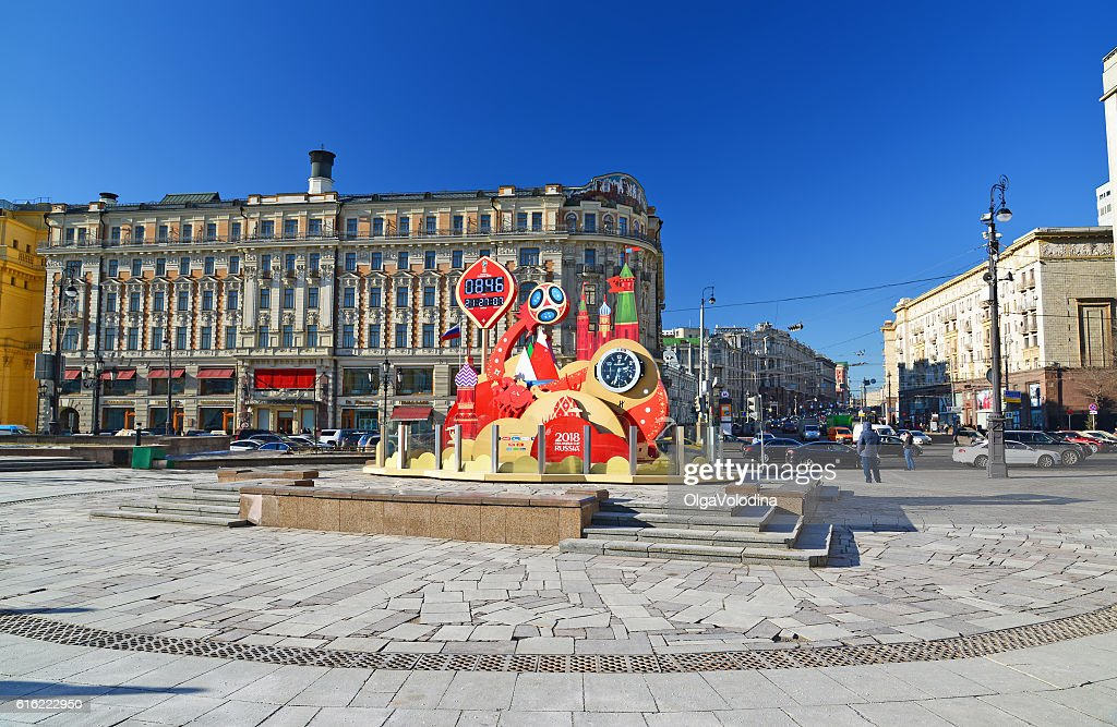 Watch countdown to  start of  World Cup on Manezhnaya Square : Foto stock