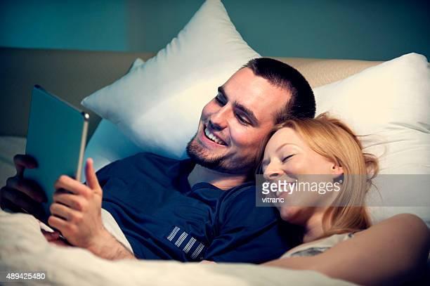 Guardare film su tavoletta digitale nel letto