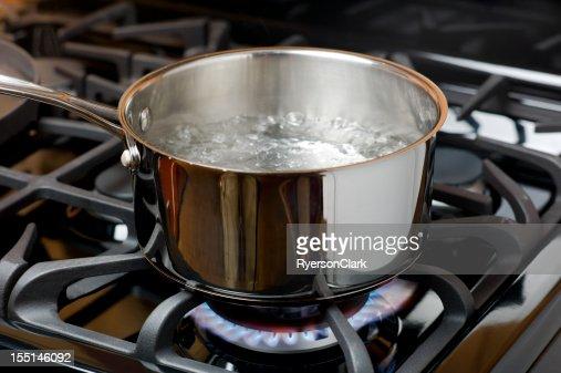 沸騰する水に、ガスストーブます。