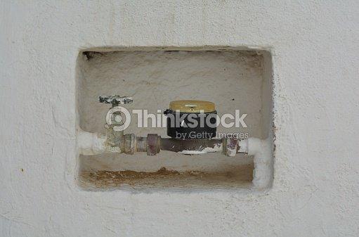 Contador de agua foto de stock thinkstock for Caja contador agua