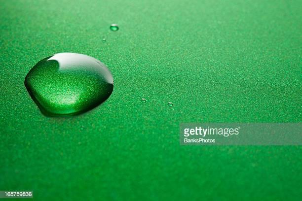 Gotas de água no fundo verde metálico