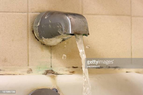Wasser fließt in Badewanne