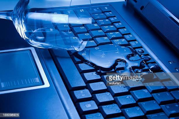 Acqua versata su computer portatile