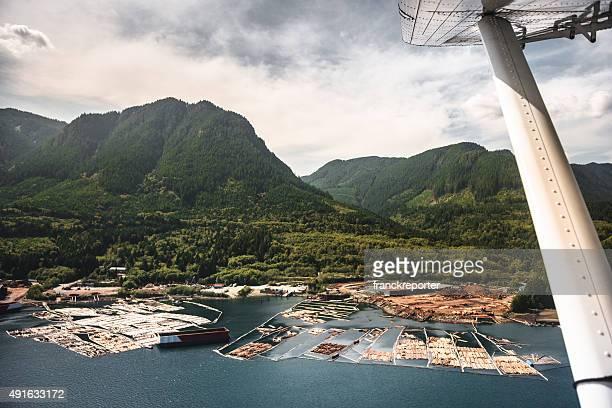 L'hydravion survolant le paysage de l'île de vancouver
