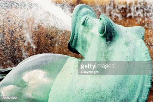 Water spraying from the mouth of a bronze statue, Clarence Buckingham Fountain, Chicago, Illinois, USA : ストックフォト