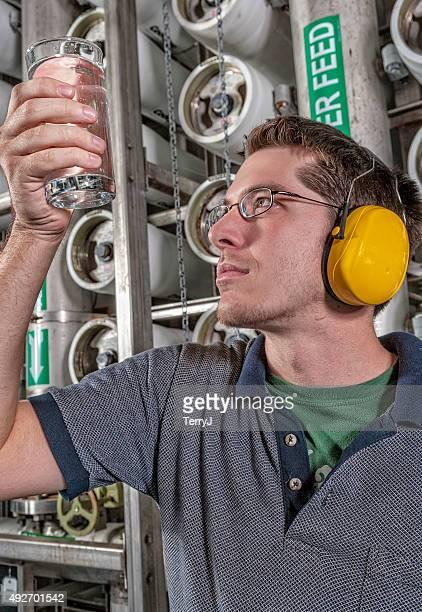 Técnico de agua con capacidad de un vaso de agua limpia