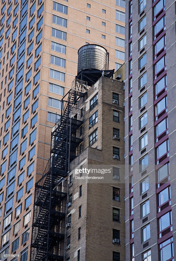 Water tower on top of a skyscraper : Foto de stock