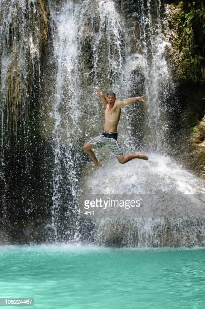 De salto-quedas de Erawan, Kanchanaburi, Tailândia