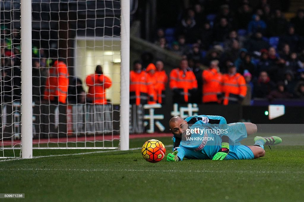 Watford's Brazilian goalkeeper Heurelho Gomes (R) watches a shot hit his post during the English Premier League football match between Crystal Palace and Watford at Selhurst Park in south London on February 13, 2016. / AFP / Ian Kington / RESTRICTED TO EDITORIAL USE. No use with unauthorized audio, video, data, fixture lists, club/league logos or 'live' services. Online in-match use limited to 75 images, no video emulation. No use in betting, games or single club/league/player publications. /