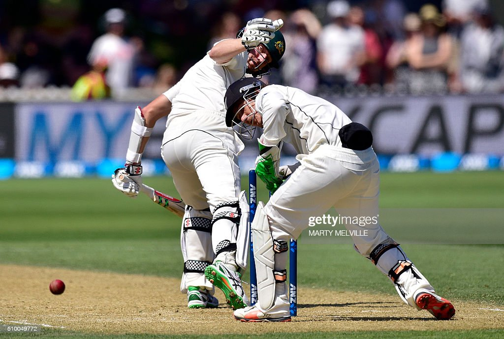 BJ Watling (R) keeper for New Zealand drops a catch from Jackson Bird (L) of Australia during day three of the first cricket Test match between New Zealand and Australia at the Basin Reserve in Wellington on February 14, 2016. / AFP / Marty Melville