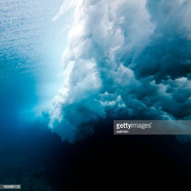 波の砕ける水中