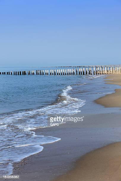 Romper de las olas en una breakwater de madera