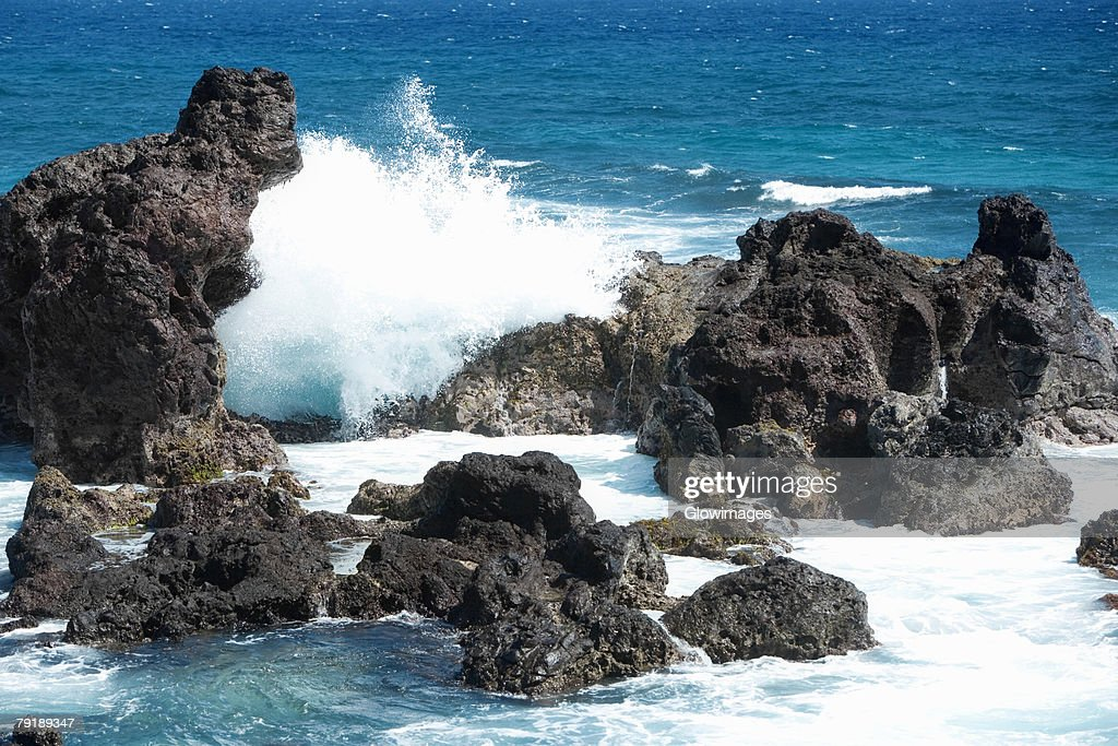 Waves breaking on rocks, Hookipa Beach Park, Maui, Hawaii Islands, USA : Foto de stock