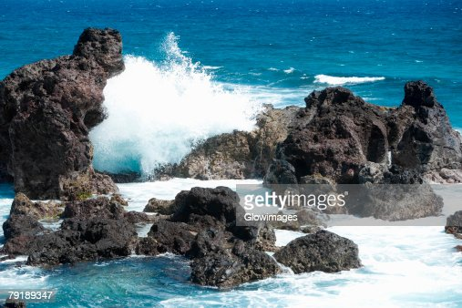 Waves breaking on rocks, Hookipa Beach Park, Maui, Hawaii Islands, USA : Foto de stock
