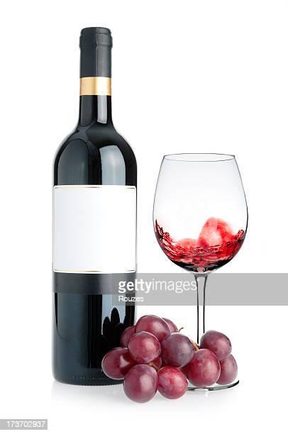 Agitant bouteille de vin et le raisin