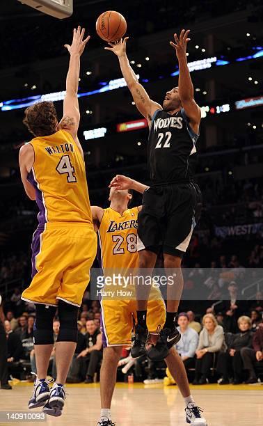 Wayne Ellington of the Minnesota Timberwolves scores over the defense of Luke Walton and Jason Kapono of the Los Angeles Lakers at Staples Center on...