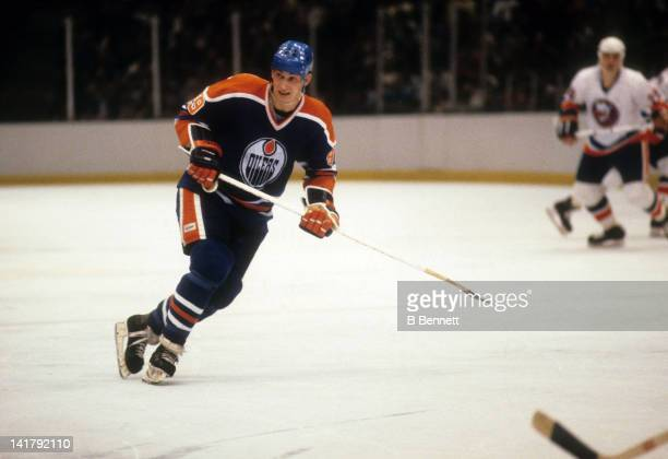Wayne Gretzky of the Edmonton Oilers skates on the ice during an NHL game against the New York Islanders circa 1980 at the Nassau Coliseum in...