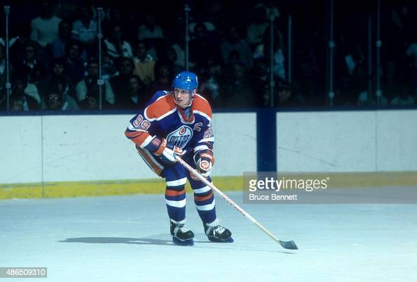 Wayne Gretzky of the Edmonton Oilers skates on the ice during an NHL game against the New York Islanders circa 1987 at the Nassau Coliseum in...