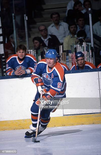 Wayne Gretzky of the Edmonton Oilers skates with the puck during an NHL game against the New York Islanders on November 16 1985 at the Nassau...
