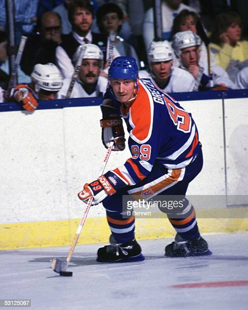 Wayne Gretzky of the Edmonton Oilers skates with the puck during an NHL game against the New York Islanders circa 1987 at the Nassau Coliseum in...