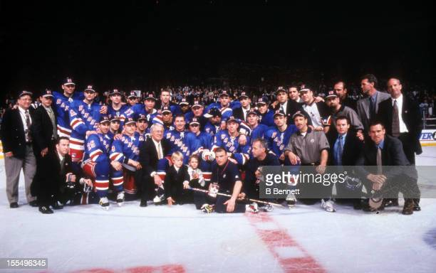 Wayne Gretzky of the New York Rangers poses with his teammates after his last NHL game against the Pittsburgh Penguins on April 18 1999 at the...