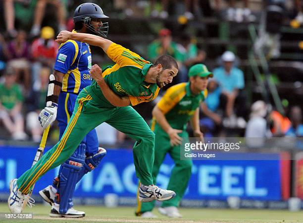 Wayne Parnell of South Africa sends off a delivery during the 5th ODI match between South Africa and Sri Lanka from Bidvest Wanderers Stadium on...