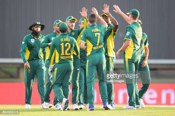 Wayne Parnell of the Proteas celebrates the wicket of Niroshan Dickwella of Sri Lanka with his team mates during the 5th ODI between South Africa and...