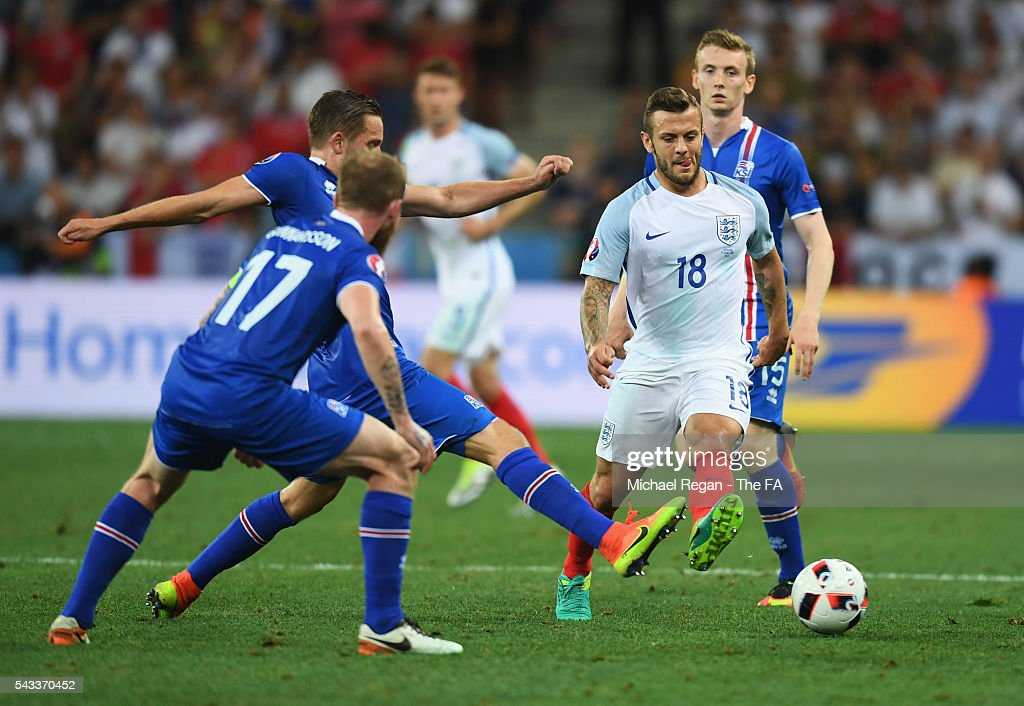 <a gi-track='captionPersonalityLinkClicked' href=/galleries/search?phrase=Wayne+Rooney&family=editorial&specificpeople=157598 ng-click='$event.stopPropagation()'>Wayne Rooney</a> of England and <a gi-track='captionPersonalityLinkClicked' href=/galleries/search?phrase=Gylfi+Sigurdsson&family=editorial&specificpeople=6401581 ng-click='$event.stopPropagation()'>Gylfi Sigurdsson</a> of Iceland compete for the ball during the UEFA EURO 2016 round of 16 match between England and Iceland at Allianz Riviera Stadium on June 27, 2016 in Nice, France.