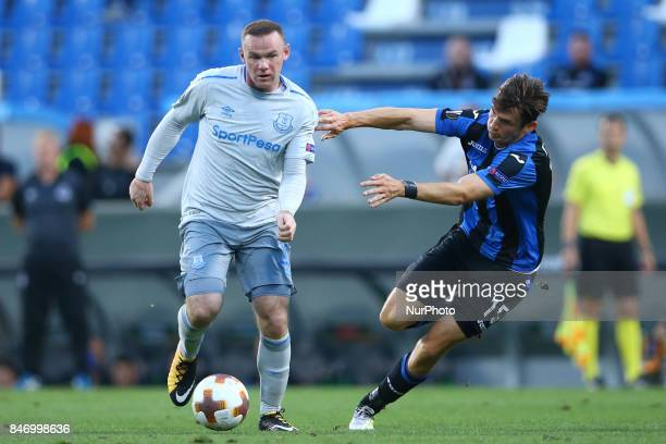Wayne Rooney of Everton and Marten De Roon of Atalanta during the UEFA Europa League Group E football match Atalanta vs Everton at The Stadio Città...
