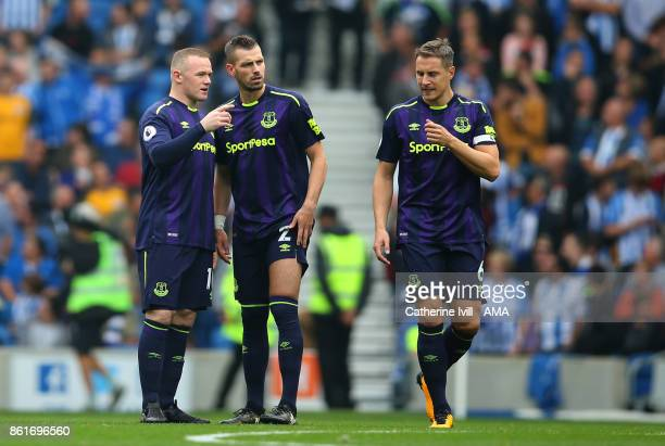 Wayne Rooney of Everton talks to Morgan Schnneiderlin and Phil Jagielka of Everton during the Premier League match between Brighton and Hove Albion...