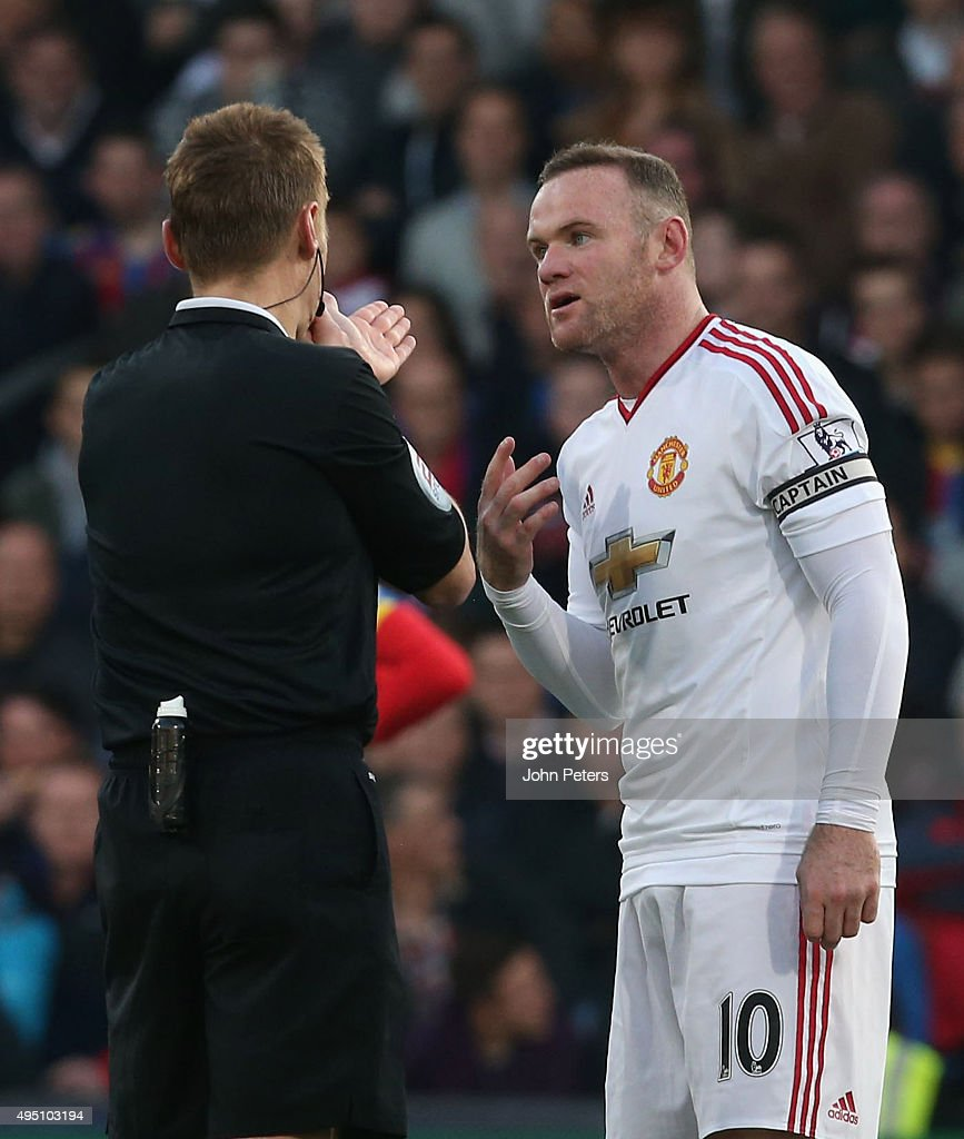 <a gi-track='captionPersonalityLinkClicked' href=/galleries/search?phrase=Wayne+Rooney&family=editorial&specificpeople=157598 ng-click='$event.stopPropagation()'>Wayne Rooney</a> of Manchester United complains to referee <a gi-track='captionPersonalityLinkClicked' href=/galleries/search?phrase=Mike+Jones+-+%C3%81rbitro&family=editorial&specificpeople=7275880 ng-click='$event.stopPropagation()'>Mike Jones</a> during the Barclays Premier League match between Crystal Palace and Manchester United at Selhurst Park on October 31, 2015 in London, England.