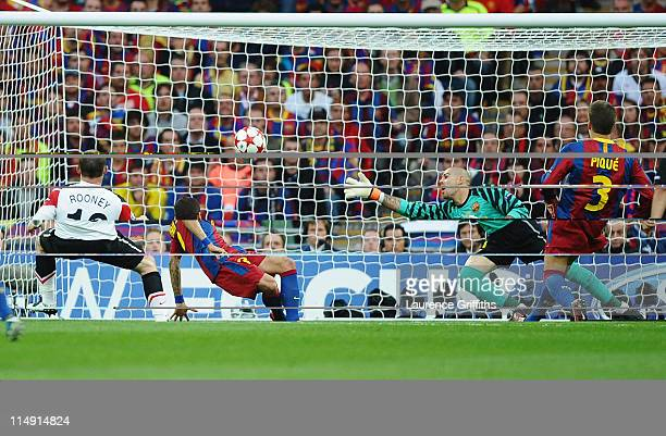 Wayne Rooney of Manchester United scores the equalising goal past Victor Valdes of FC Barcelona during the UEFA Champions League final between FC...