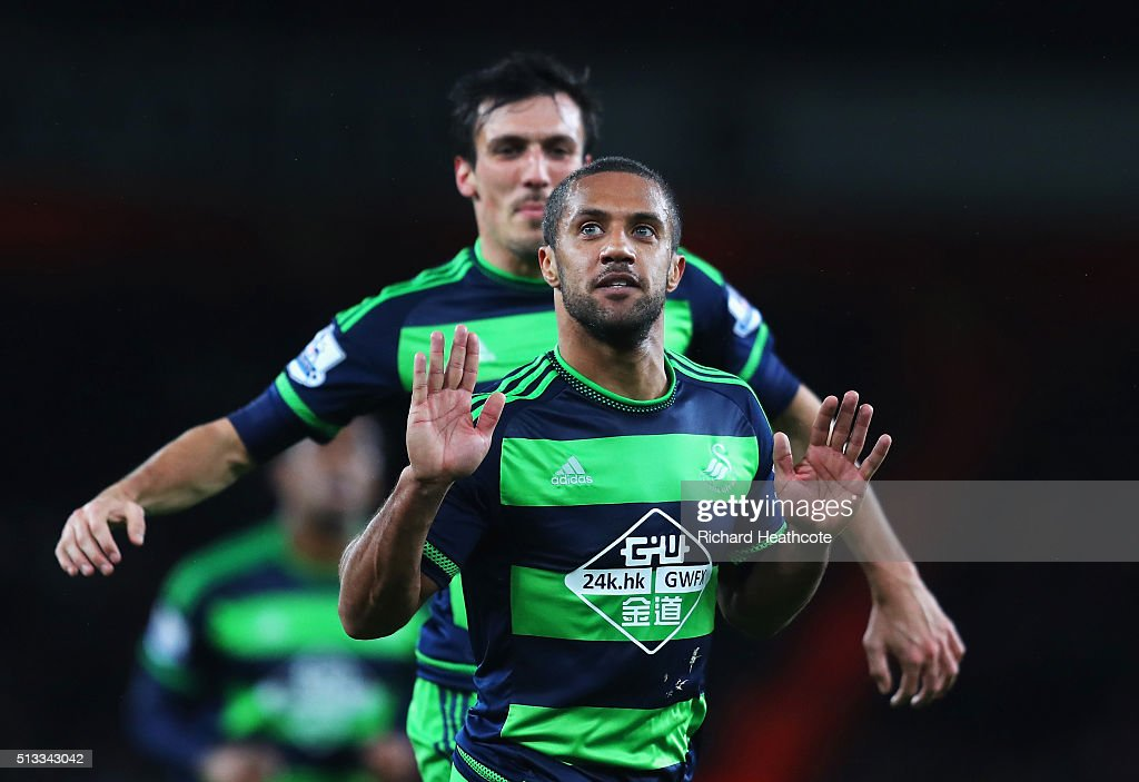 <a gi-track='captionPersonalityLinkClicked' href=/galleries/search?phrase=Wayne+Routledge&family=editorial&specificpeople=206672 ng-click='$event.stopPropagation()'>Wayne Routledge</a> of Swansea City celebrates scoring the equalising goal during the Barclays Premier League match between Arsenal and Swansea City at the Emirates Stadium on March 2, 2016 in London, England.